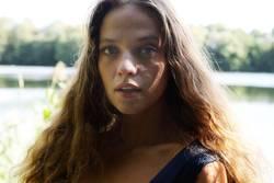 Portrait einer jungen Frau am See
