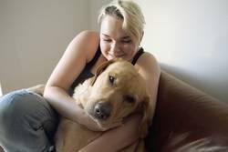 Junge Frau mit blondem Labrador