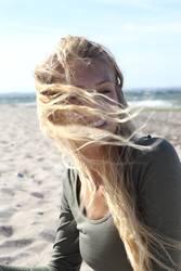 Junge Frau am Stand von blonden Haar umweht