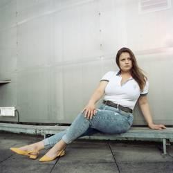 Junge Frau sitzt auf Dach