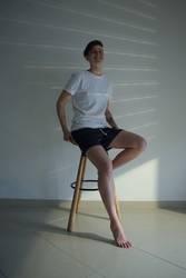 Junge Frau sitzt auf einem Hocker
