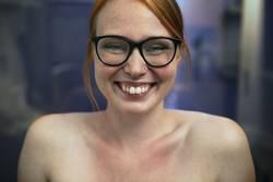 Portrait einer jungen Frau die lächelt