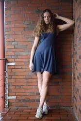 Portrait einer jungen Frau auf einem Balkon