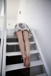 Junge Frau liegt auf einer Stahltreppe