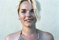 Portrait einer jungen Frau mit Sommersprossen