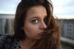 Portrait einer jungen Frau auf einem Dach