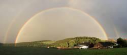 Regenbogen überm Dorf