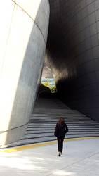 Frau vor Treppe/Durchgang