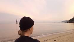 Frau bei Dämmerung am Strand
