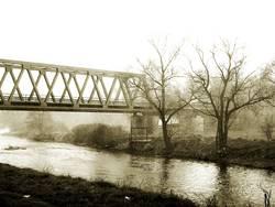 Eisenbahnbrücke im Regen