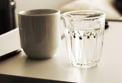 Wasserglas und Tasse