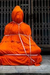 Christo verhüllt Dalai Lama