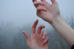 Hände im Nebel