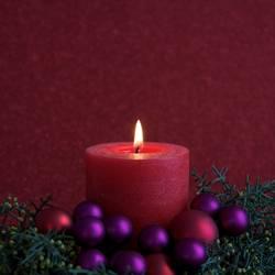 Rote Kerze mit Weihnachtsdekoration II