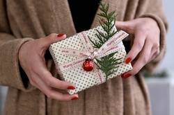 Frauenhände halten Weihnachtspäckchen I