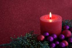 Rote Kerze mit Weihnachtsdekoration I
