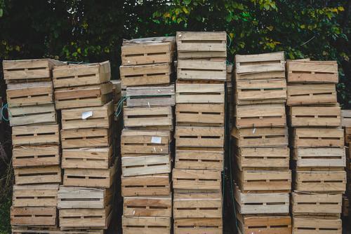 gestapelte Holzkisten