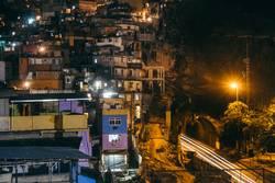 Langzeitbelichtung Favela Rocinha und Straße in Rio de Janeiro