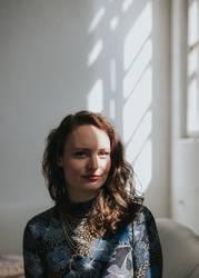 Portrait einer jungen Frau mit Schatten im Gesicht