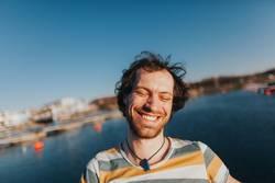 Portrait von glücklich lachendem Mann am See