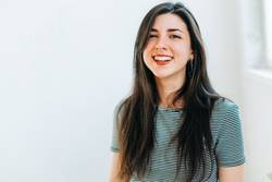 Lachende junge Frau mit schwarzen Haaren