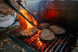 Vier Entrecôte / Rib-Eye-Steaks auf dem Grill mit hoher Flamme