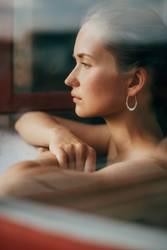 Melancholische Frau schaut aus dem Fenster