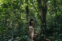 Junge Frau im brasilianischen Regenwald