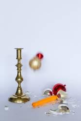 Zerbrochene Christbaumkugeln und Kerzenständer