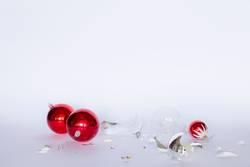 Zerbrochene rote und silberne Christbaumkugeln