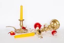 Zerbrochene Christbaumkugeln mit Kerzenständern