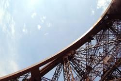 La Tour Eiffel a froid aux pieds...