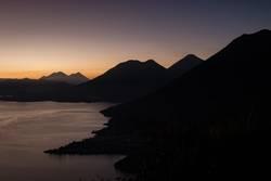 Sonnaufgangsstimmung am Lago de Atitlàn in Guatemala