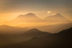 Vulkane im Sonnenaufgang