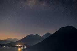 Blaue Stunde am Lago de Atitlàn in Guatemala mit Vulkanblick
