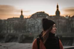 Portrait im urbanen Sonnenuntergang