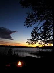 Ein Herbstabend am See in Lappland
