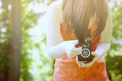 sommer, junge frau, blick in die kamera.