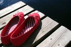 rote schuhe auf reisen.