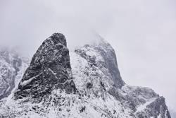 Berggipfel mit Schnee und Wolken