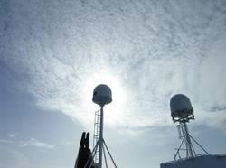 Sonnenwolken hinter Schiffsantennen