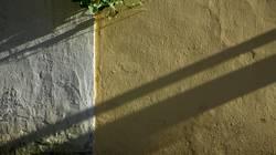 Schatten auf schlecht verputzter Wand