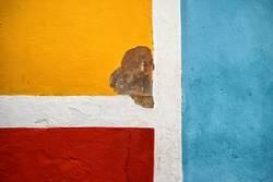 drei Farben an der Wand