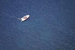 Schwimmer und Boot im Meer