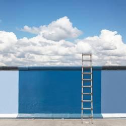 Blaue Mauer mit Leiter