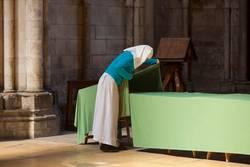 Ordensschwester deckt den Tisch