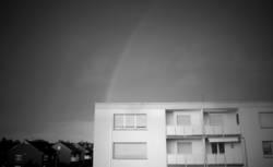 Wohnblock und Regenbogen