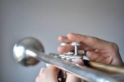 Kurzsichtiger Trompetenspieler