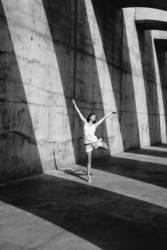 Tänzerin vor Schattenstreifen
