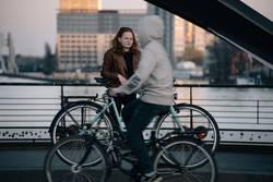 Zwei Fahrradfahrer- Still und in Bewegung